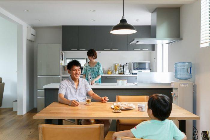 「キッチンは広くしてほしい」という美貴さんの希望通り、かなり大きくつくった対面式キッチン。ここから家族の楽しいコミュニケーションが重ねられていくのだろう。