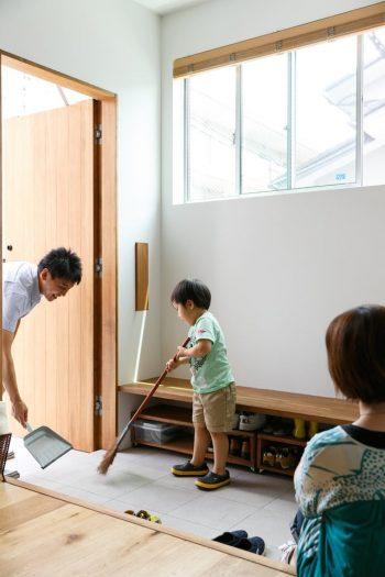 玄関は広く贅沢に。ただの入り口ではなく家族のコミュニケーションの場にもなる。
