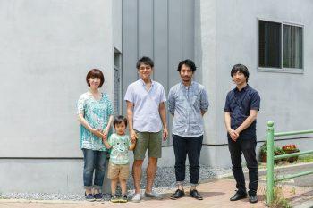 泉谷さんご一家と、設計を手がけたアイボリィアーキテクチュアの永田さん(右から2人目)、原崎さん(右)。