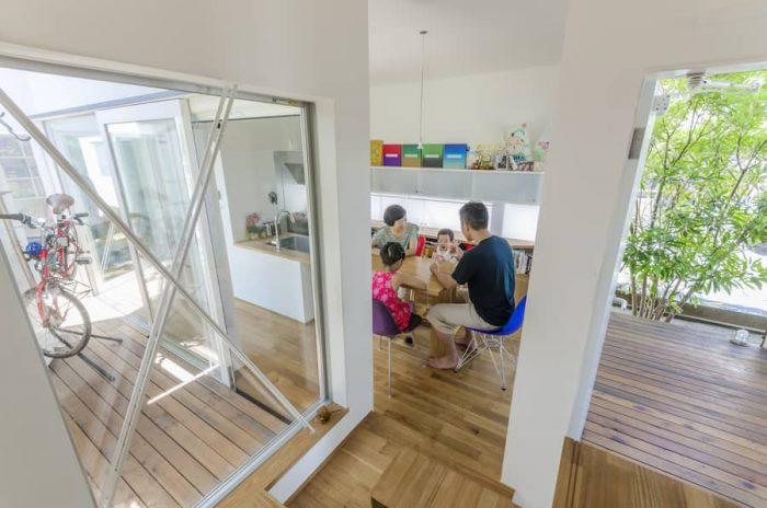 階段からダイニングキッチンを見る。都市化が進むとどうしても囲い込む式の中庭が多くなるが、M邸ではこの左右のスペースのように囲い込まずオープンになっている。