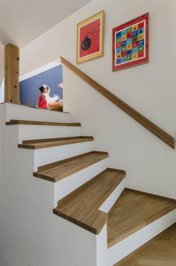 階段上の踊り場的な場所に娘さんの勉強スペースがある。