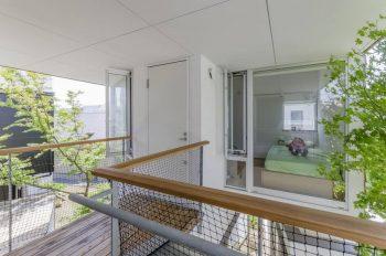 2階の和室から子ども部屋を見る。