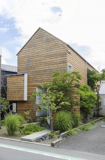 前庭にはススキが植わる。将来、ススキ野原の間を通って家に入るようにしたい、建築家とそんな話もしているという。