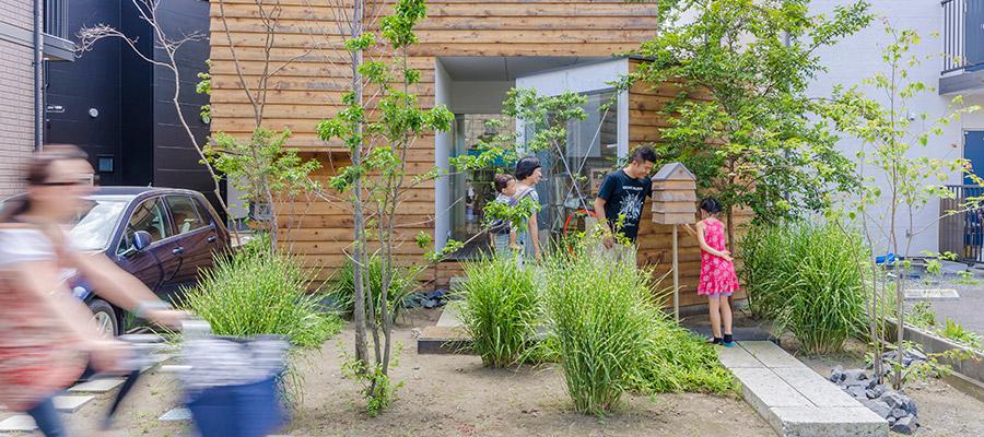 茅ヶ崎の記憶を継承する家分棟してできたスペースを気持ちのいい風が吹き抜ける