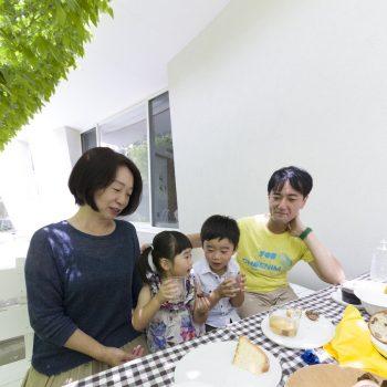 英雄さん、倫子さん、志得くん、そらちゃんの4人家族。子どもたちは、食事の後すぐにビニールプール遊びにGO。