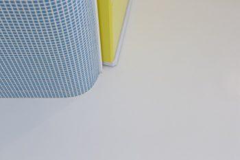 キッチンの戸棚もゆるやかなカーブに。キュートなブルーのタイルは、昔から使われているリーズナブルなものなのだとか。