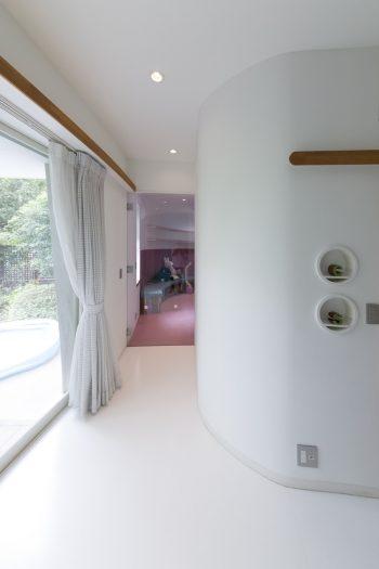 カーブした躯体の南側の端は、ピンク色のインテリアの個室になっている。