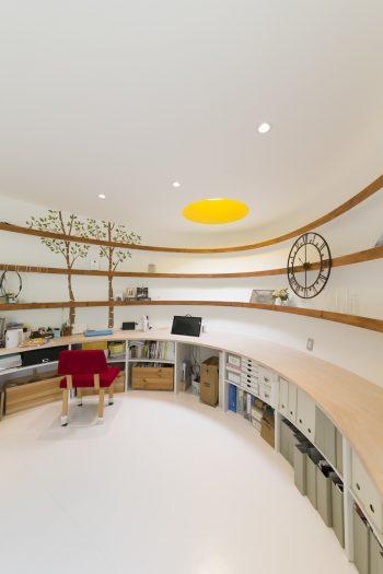 ピンクの部屋の反対側も同様に曲線を描いている。棚の木目のラインが美しい。