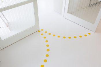 床は塩ビのシート。扉の下には黄色の丸をつけて床のアクセントに。