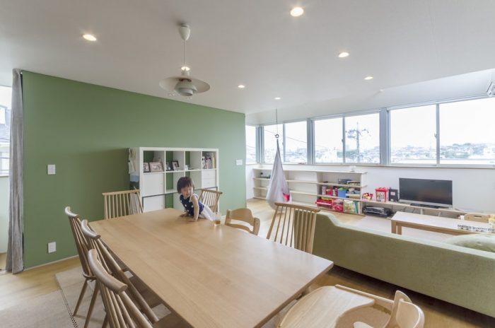 2階のリビングダイニングのスペース。右の窓は左へそのままぐるりとキッチンの部分まで壁なしで続く。