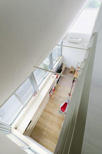 3階から2階の吹き抜け部分を見る。