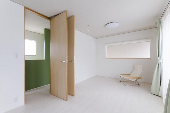 3階。将来は2つに区切って子ども部屋として使う予定。ドアが2つあるのはその時のためにあらかじめつくっておいたもの。