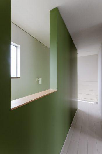 3階から1階まで緑の壁が続く。