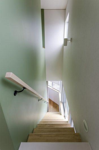 3階から見下ろす。緑の壁がそのまま1階まで続く。