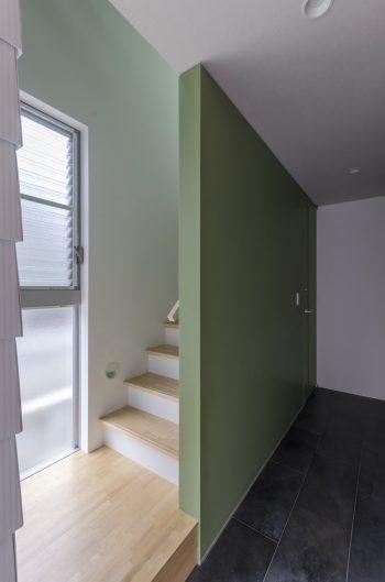 玄関のタイルがそのまま1階の廊下の床まで続く。