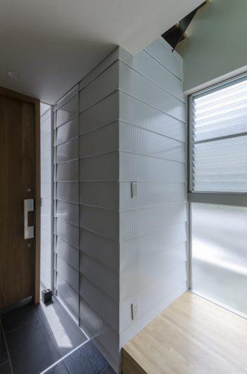 外壁も玄関の中まで入り込み、中と外の境界を曖昧にしている。