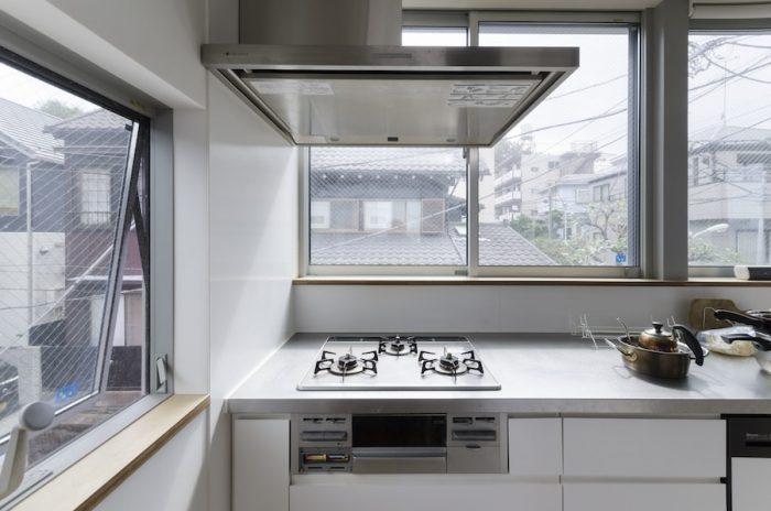 2階の西側にあるキッチン。外の景色を見ながら作業ができる。「わりと空間も広いので、何人かで一緒に料理をしても狭い感じにはならないからいいですね」。