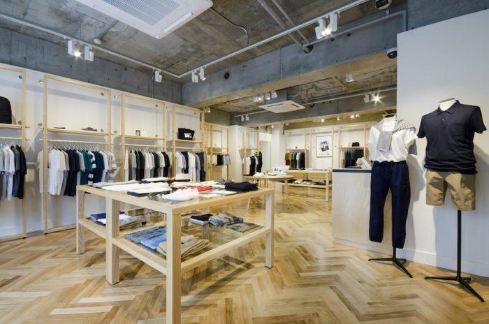モルタルの天井にヘリンボーンの床、木枠の什器が並ぶ店内はシンプルですっきりとした印象だ。