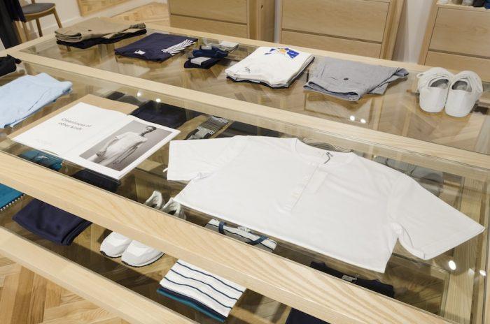 初期の頃から生産された製品のなかにはチュニックやアンダーシャツがあり、それらは世界で初めてのTシャツと言われている。
