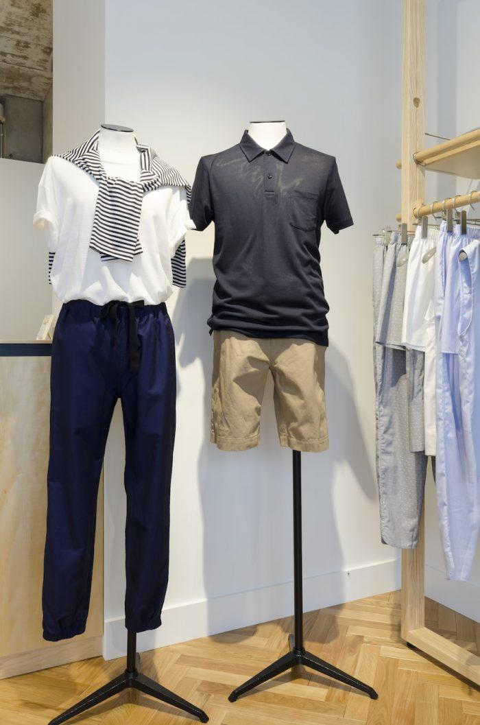 メンズのマネキンが着用しているのがリヴィエラ・ポロシャツ。灼熱の太陽の下でも快適に着ることができるメッシュ素材Q75の生地で仕立てている。