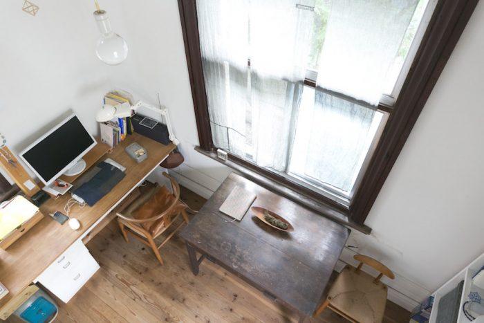 中2階から見下ろす仕事部屋。木の窓枠はもとからの仕様。白い壁はベンジャミンムーア社の塗料で仕上げた。施工・レアジェム。