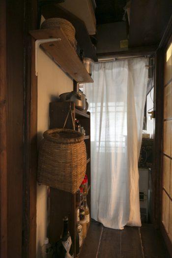 ざるは庭仕事でも台所でも活躍。インドの手織り木綿のカーテンがやさしい光を通す。