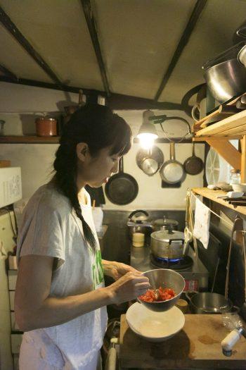 キュレーター石田紀佳さん。神奈川の里山に借りている週末の家とここを行き来する。草木と手仕事:https://www.facebook.com/plantsandhands
