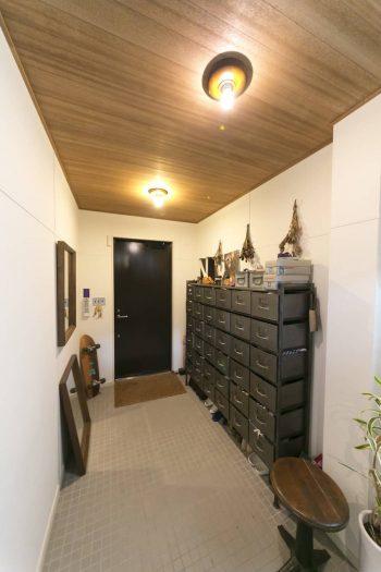 半土間のような玄関。鉄骨階段とマッチするスチールロッカーは、『journal standard Furniture』のもの。