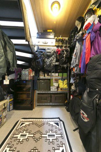 階段の下をアウトドアグッズなどの収納スペースとして活用。キャンプや登山用品、工具などを収める。