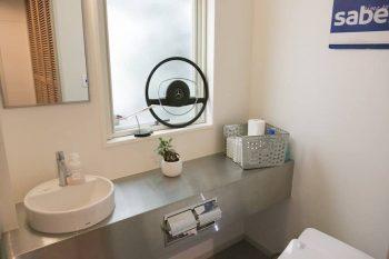 トイレにはステンレスのカウンターを採用。ベンツのハンドルを飾りに。