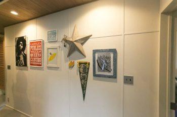 モールディングの加工がクラシカルな壁面には、お気に入りの絵やオブジェを。