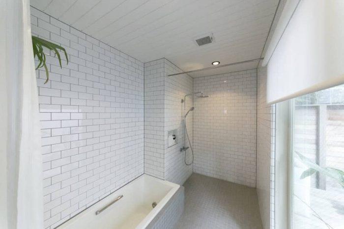 華美さはないが清潔で心地よいバスルーム。シャワーは外付けに。広々とした贅沢空間。