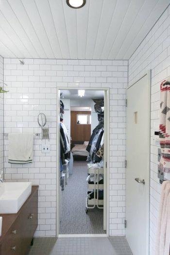バスルームからウォークスルークローゼットを通って、ベッドルームまで一直線。