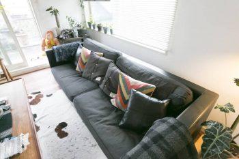 カトリーヌ・メミのモダンなソファーに、クッションで色を添える。