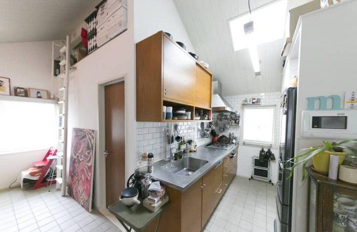 奥まったスタイルがアメリカっぽく、満足しているというキッチン。ご夫婦の身長に合わせてシンクの高さを決めて造作。