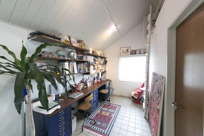 オープンな書斎は家族で共有。棚には大切なグッズをディスプレイ。