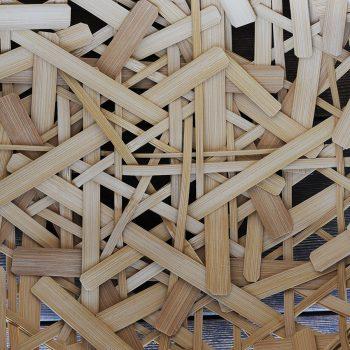 さまざまな長さ、太さの竹ひごを、不規則に編み込んでいく。