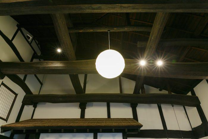 土間スペースの天井を見上げると、見事な太鼓梁がかかる。