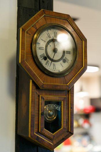 もともとこの母家にあったという柱時計。