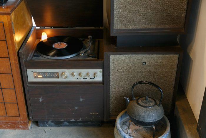 趣ある空間に、アナログレコードの響きが似合う。鉄瓶も囲炉裏テーブルで使う現役。