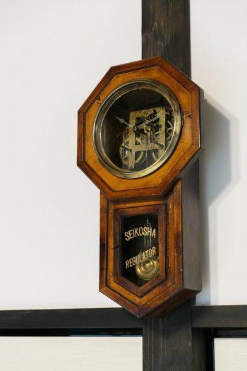 土間の柱時計を修理する部品をとるために求めた古時計。インテリアとして広間に飾っている。