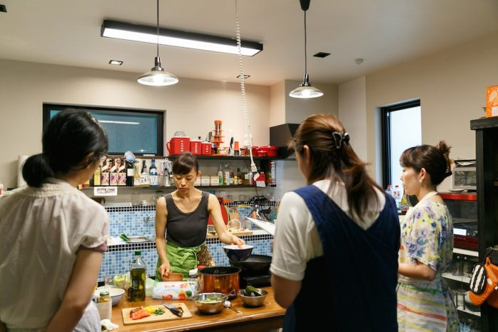 yo-yo-'s  kitchen(http://ameblo.jp/yo-yo-kitchen/)主宰の工藤陽子さんを講師に迎えての料理教室。広いキッチンには10人以上が集まることも。