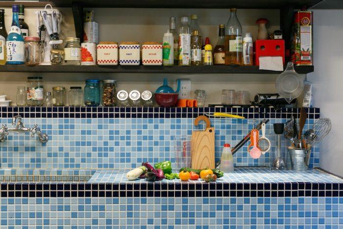 キッチンをタイル貼りにしたのは、澁谷さんのご主人の意向だそう。このキッチンでは、直子さん自らも講師として野菜料理のレシピを披露することも。