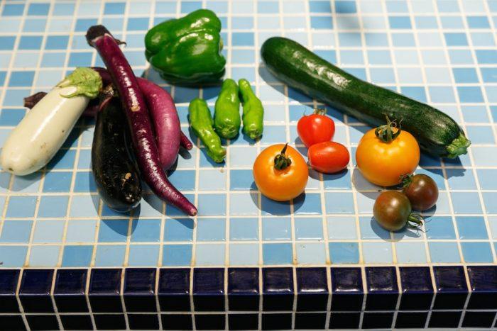 新鮮なとれたての夏野菜。季節ごとに旬を味わうレシピを学ぶことができる。