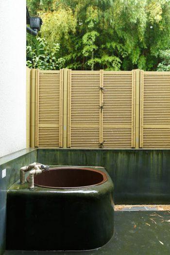 母家の裏手に新たにつくった露天風呂は薪炊きの五右衛門風呂。ご主人やお子さんが楽しんで入っているそう。