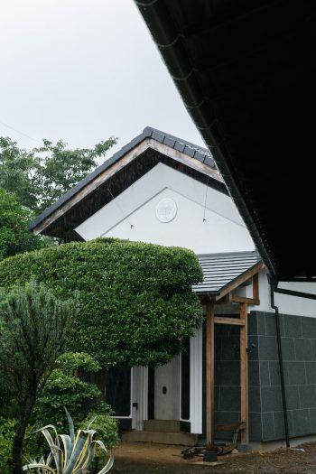 母家のそばに建つ蔵。母家のリノベーションの際に外壁を修理した。