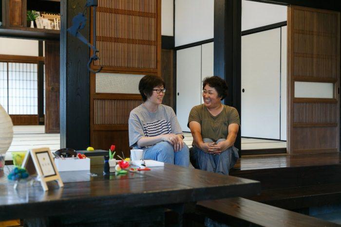 今後の母家の活用について話す澁谷直子さん(右)と姉の遠藤祐子さん。