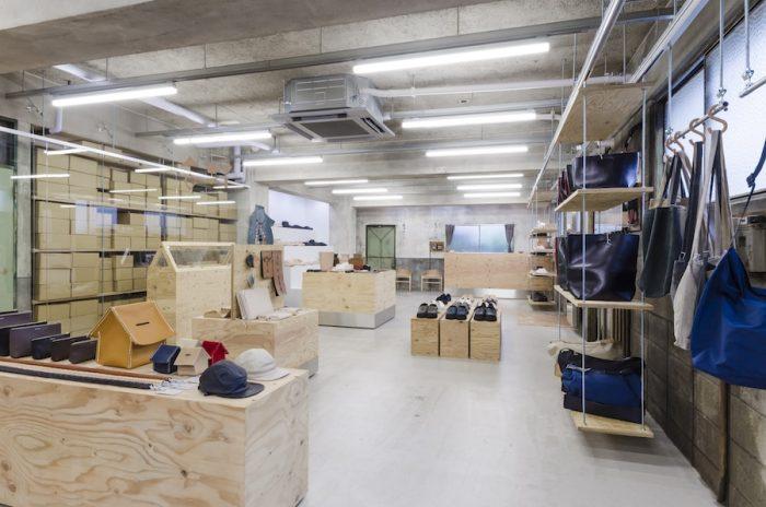 店舗設計は、田原町にあるHender Schemeのアトリエ同様、鈴木工藝社の鈴木崇之氏が手がけた。要所に置かれた木の什器に無機質な金属を合わせることで有機的なものに偏りすぎず、空間の中庸的な要素が保たれている。