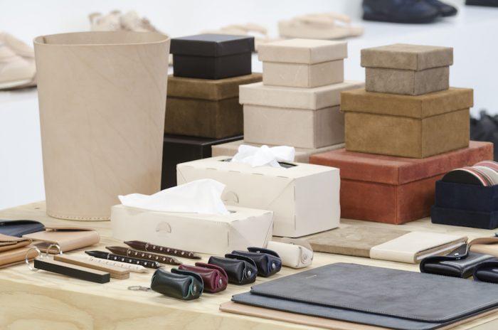 レザーで作られたダストボックスとティッシュボックスはどんな空間にもなじむクリーンでミニマムなアイテム。ティッシュボックスは通常のサイズと鼻セレブ用の2タイプがある。