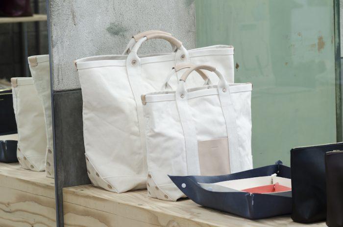 4号帆布と組み合わせたキャンパスバッグはショルダー付きで使い勝手も抜群。ハンドル部分にヌメ革を使用し、経年変化が楽しめる。